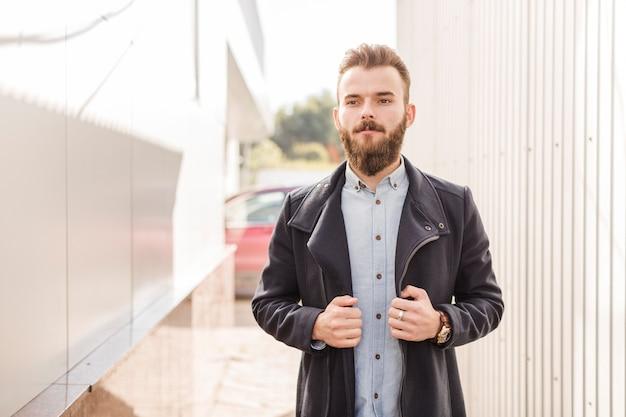 Retrato, de, um, jovem barbudo, em, casaco preto