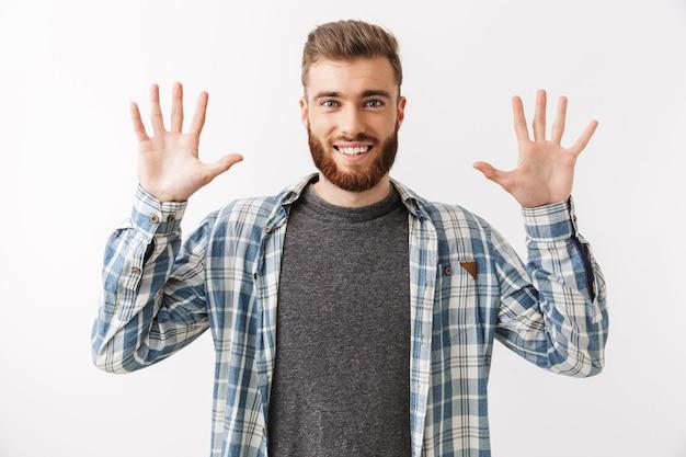 Retrato de um jovem barbudo feliz