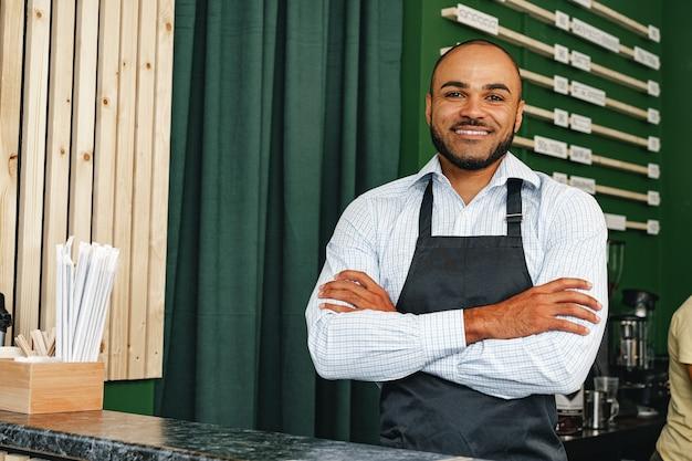 Retrato de um jovem barista em uma cafeteria