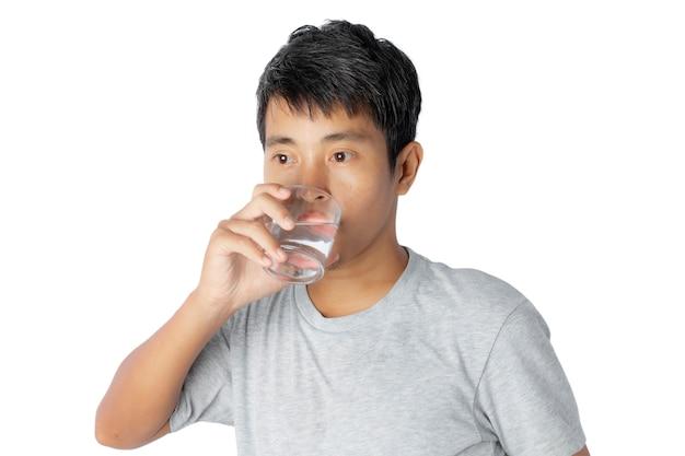 Retrato de um jovem bebendo água isolada no branco.
