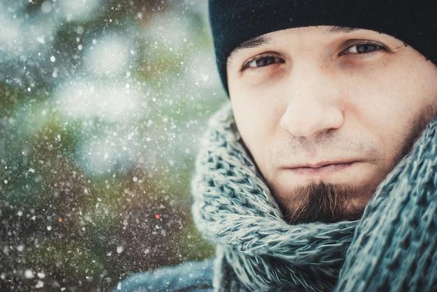 Retrato de um jovem bonito, com uma barba. estilo de vida de inverno