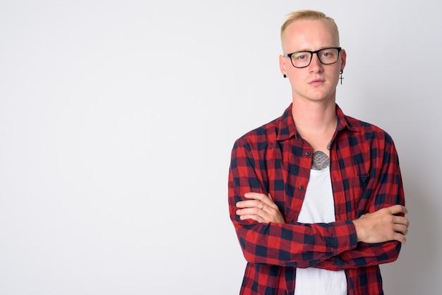 Retrato de um jovem bonito hippie com cabelo loiro curto e óculos em branco