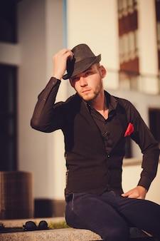 Retrato, de, um, jovem, bonito, homem chapéu