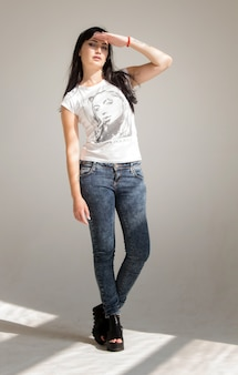 Retrato, de, um, jovem, bonito, morena, mulher, em, um, branca, t-shirt, e, calças brim