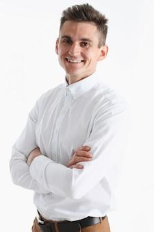 Retrato de um jovem bonito sorriso em uma camisa branca