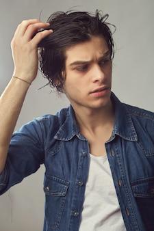 Retrato de um jovem bonito