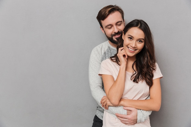 Retrato de um jovem casal abraçando