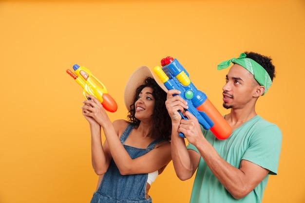 Retrato de um jovem casal africano alegre
