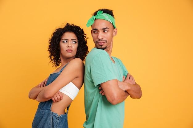 Retrato de um jovem casal africano com raiva