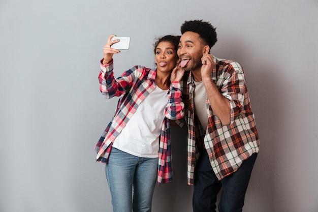 Retrato de um jovem casal africano feliz fazendo careta