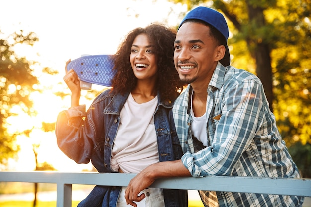 Retrato de um jovem casal africano feliz
