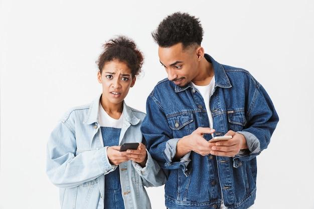 Retrato de um jovem casal africano frustrado