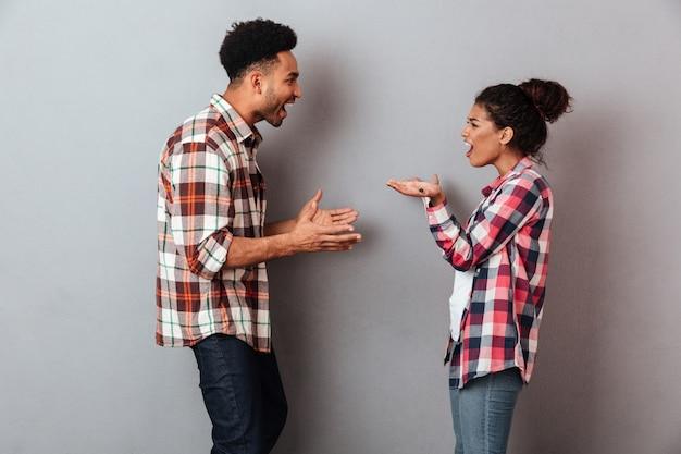 Retrato de um jovem casal africano furioso tendo uma briga