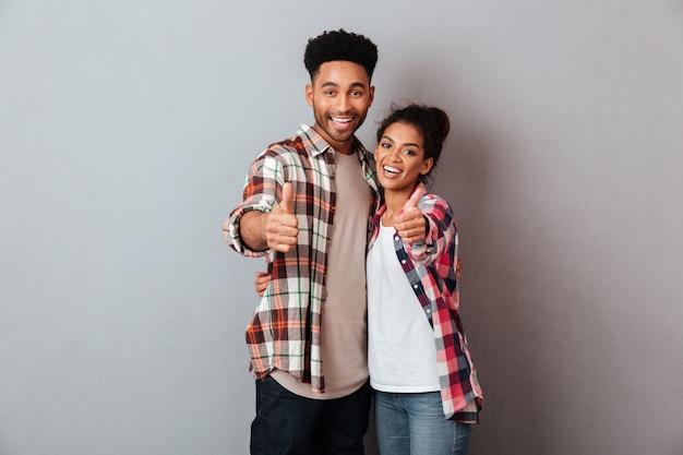 Retrato de um jovem casal africano sorridente abraçando