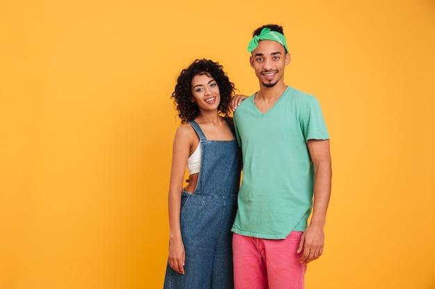 Retrato de um jovem casal africano sorridente
