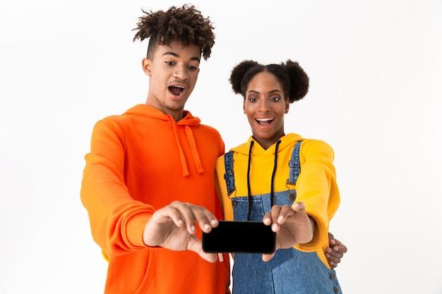 Retrato de um jovem casal alegre