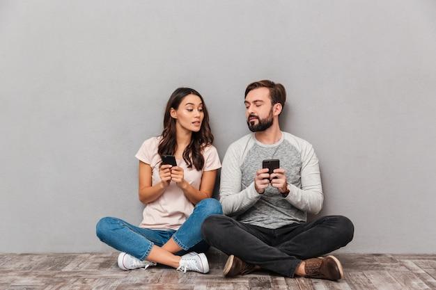Retrato de um jovem casal amoroso