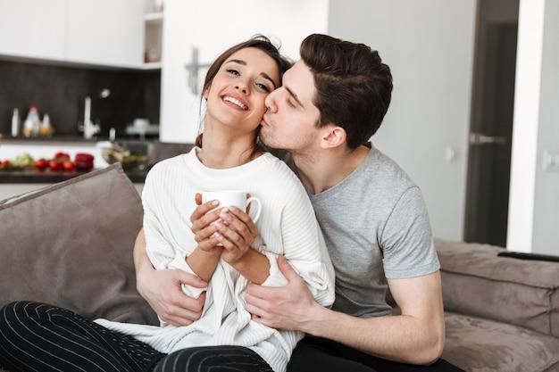 Retrato de um jovem casal apaixonado, bebendo café