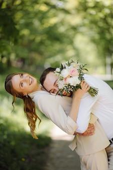 Retrato de um jovem casal atraente apaixonado ao ar livre