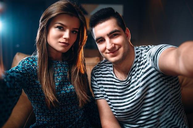 Retrato de um jovem casal de amor na boate. relaxamento noturno e estilo de vida