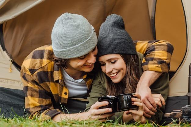 Retrato de um jovem casal de turistas amado tem um encontro na floresta