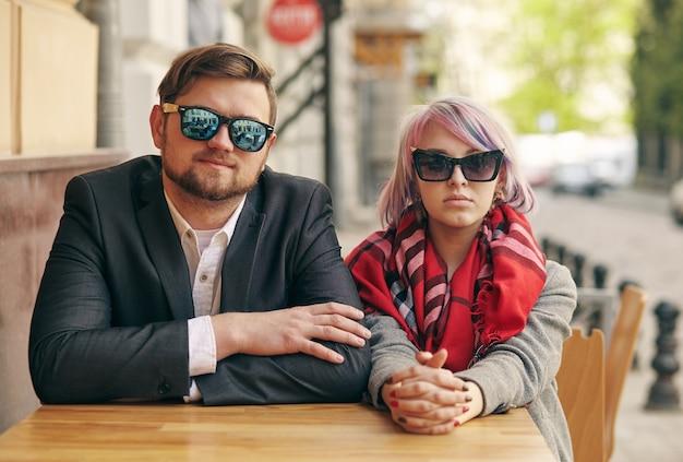 Retrato de um jovem casal em um parque de primavera