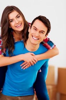 Retrato de um jovem casal feliz e amoroso