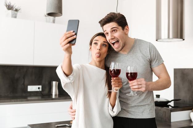 Retrato de um jovem casal feliz, tomando uma selfie