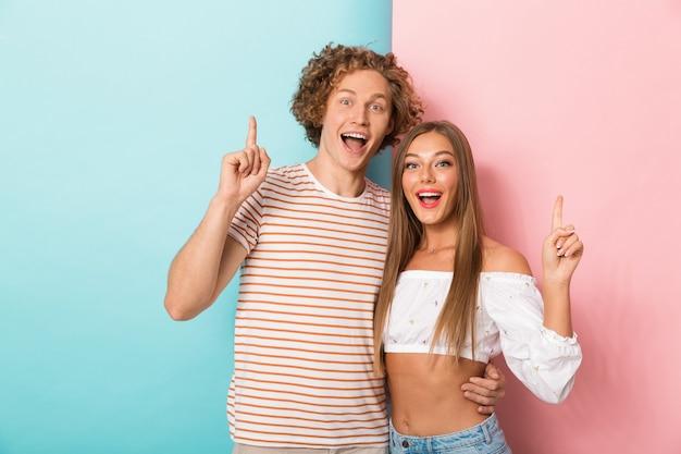 Retrato de um jovem casal feliz