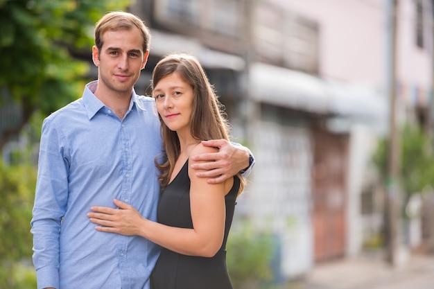 Retrato de um jovem casal juntos na rua ao ar livre