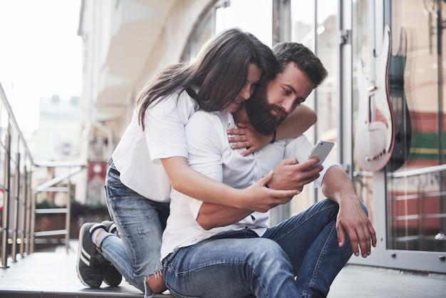 Retrato de um jovem casal lindo sorrindo juntos.