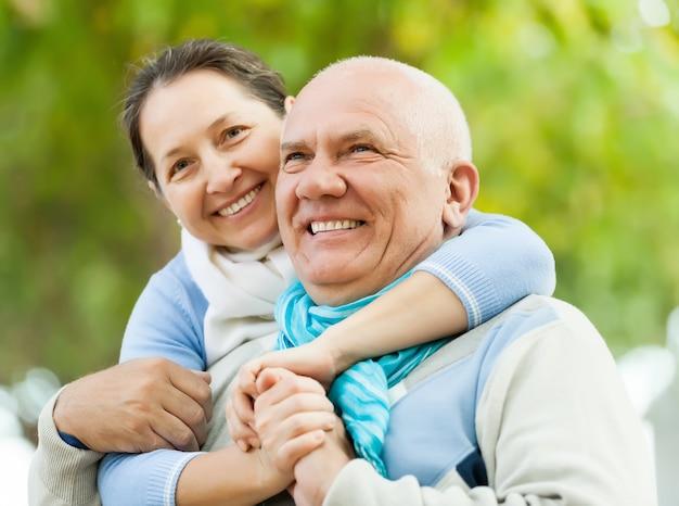 Retrato de um jovem casal maduro