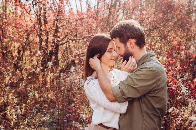 Retrato de um jovem casal na floresta de outono
