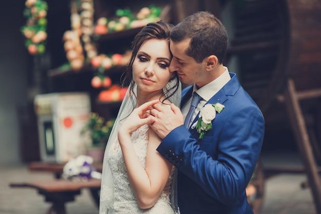 Retrato de um jovem casal no dia do casamento