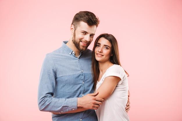 Retrato de um jovem casal sorridente se abraçando