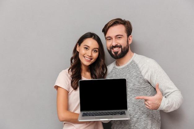 Retrato de um jovem casal sorridente