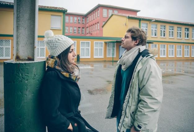 Retrato de um jovem casal zangado em desacordo após uma briga ao ar livre. relacionamentos ruins e conceito de problemas de casal.