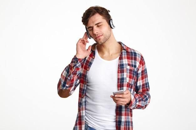 Retrato de um jovem casual em fones de ouvido