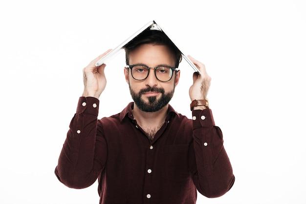 Retrato de um jovem casual em óculos