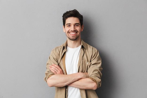 Retrato de um jovem casual feliz em pé