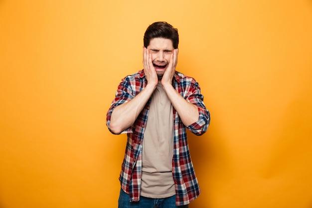 Retrato de um jovem chateado chorando