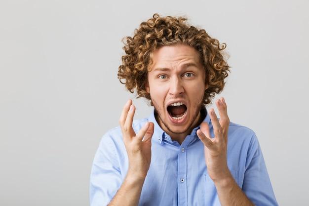 Retrato de um jovem chocado vestindo camiseta