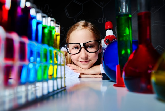 Retrato de um jovem cientista fofo