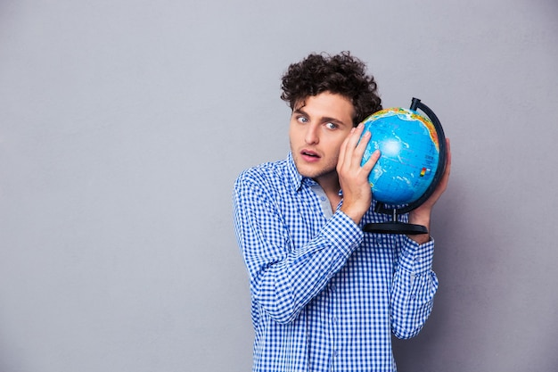 Retrato de um jovem com globo