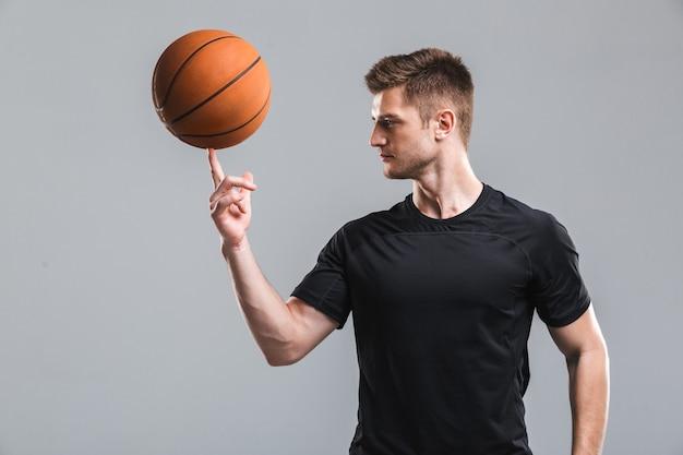 Retrato de um jovem desportista jogando basquete