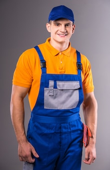Retrato de um jovem em roupas de trabalho.