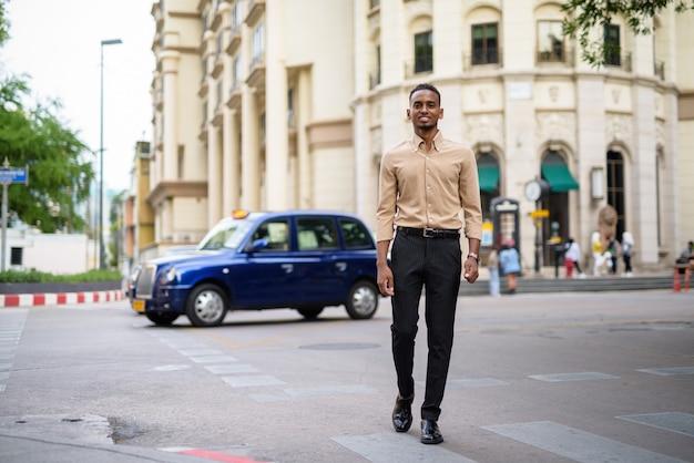 Retrato de um jovem empresário africano negro vestindo roupas casuais ao ar livre na cidade
