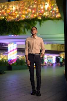 Retrato de um jovem empresário africano negro vestindo roupas casuais ao ar livre na cidade Foto Premium