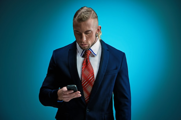 Retrato de um jovem empresário atraente vestindo terno preto