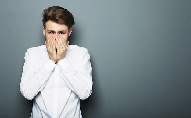 Retrato de um jovem empresário com medo e medo de algo